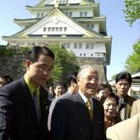 大阪城を見学する李登輝前総統=大阪市中央区で2001年4月23日午後2時55分、山田耕司撮影