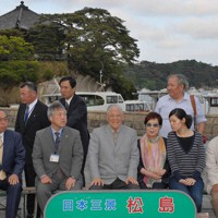 松島を訪れ、五大堂を背に笑顔で記念写真を撮る李登輝・台湾前総統(中央)=宮城県松島町で2007年6月2日午後5時21分、手塚耕一郎撮影