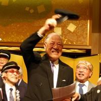 卒業した旧制台北高校の帽子を手に同窓生たちと校歌を歌う李登輝前総統(中央)=東京都内のホテルで2007年6月7日夜、鈴木玲子撮影