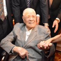 支持者と笑顔で握手を交わす台湾の李登輝元総統=台北市中山区で2019年10月19日午後6時54分、福岡静哉撮影