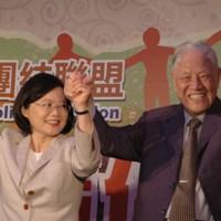 蔡英文・民進党主席(左)を応援する台湾の李登輝元総統=台北市内で2011年7月1日、大谷麻由美撮影