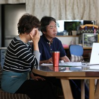 自宅のリビングで震災の教訓を伝えた田村さん夫妻。弘美さんは「息子の最期を考えれば、悲しむだけの親ではありたくなかった。息子への愛情が活動の力となって、それだけで今まで来た」と語る。オンラインで思いが伝わり、「教育現場で子どもの命を守りたい」と誓う参加者の話に涙を流した=宮城県大崎市で2020年6月20日、佐々木順一撮影