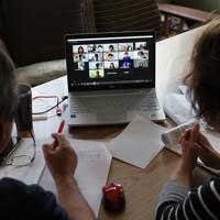 オンライン会議システム「Zoom」を使用し、参加者に語りかける田村さん夫妻。自宅などリラックスした雰囲気で話を聞ける利点を生かし、より多くの人に教訓を学び、関心を持ってほしいと考えている=宮城県大崎市で2020年6月20日、佐々木順一撮影
