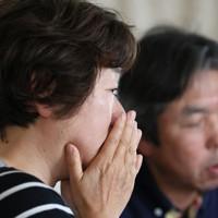 自宅のリビングにノートパソコンを置き、オンラインで東日本大震災の教訓を伝えた田村さん夫妻。意見交換中、参加者の話に弘美さん(左)は涙を流した=宮城県大崎市で2020年6月20日、佐々木順一撮影