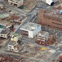 津波で壊滅的な被害を受けた市街地。中央は12人が犠牲になった七十七銀行女川支店=宮城県女川町で2011年3月14日午後3時43分、本社機から貝塚太一撮影