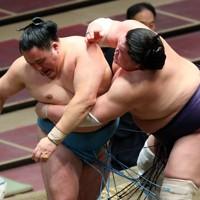 玉鷲(左)を寄り切りで破る照ノ富士=東京・両国国技館で2020年7月30日、小川昌宏撮影