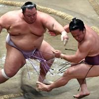琴勇輝(左)が石浦を押し出しで破る=東京・両国国技館で2020年7月30日、西夏生撮影