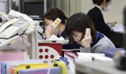 電話相談業務に当たる大阪市の中央区保健福祉センターの職員=2020年4月30日午前10時10分、藤井達也撮影