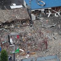 爆発事故があった飲食店=福島県郡山市で2020年7月30日午前11時10分、本社ヘリから長谷川直亮撮影
