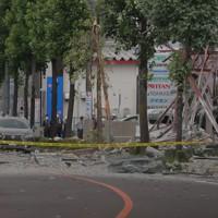 道路などに物が散乱した爆発の現場=福島県郡山市で2020年7月30日午後1時56分、和田大典撮影