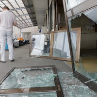 爆風で窓や戸のガラスが割れた店舗=福島県郡山市で2020年7月30日午後0時32分、和田大典撮影