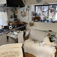爆発でガラスが割れ、室内のものが散乱した民家=福島県郡山市で、近隣住民提供