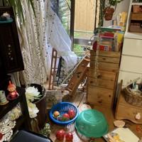 爆発でガラスが割れ、室内のものが散乱した近隣の民家=福島県郡山市で、近隣住民提供