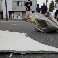 爆発事故が起きた店舗の周辺で、散乱した建物の一部=福島県郡山市で2020年7月30日午後6時22分、和田大典撮影
