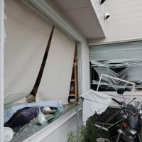 爆発事故が起きた店舗近くで、爆風により窓ガラスが割れた建物=福島県郡山市で2020年7月30日午後6時28分、和田大典撮影
