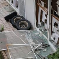 爆発事故が起きた店舗近くで、爆風によって割れた住宅の窓ガラス=福島県郡山市で2020年7月30日午後0時37分、和田大典撮影