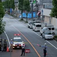 爆発事故が起きた店舗(奥)周辺で通行が規制された道路=福島県郡山市で2020年7月30日午後6時42分、和田大典撮影