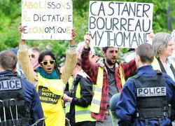 反政権運動「黄色いベスト」の参加者らが警察とにらみ合いを続けた=仏東部ストラスブールで2019年5月11日、賀有勇撮影