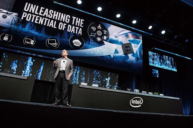 インテルのロンバート・スワン最高経営責任者。復権に秘策はあるのか(米ラスベガスの国際見本市「CES」で) (Bloomberg)