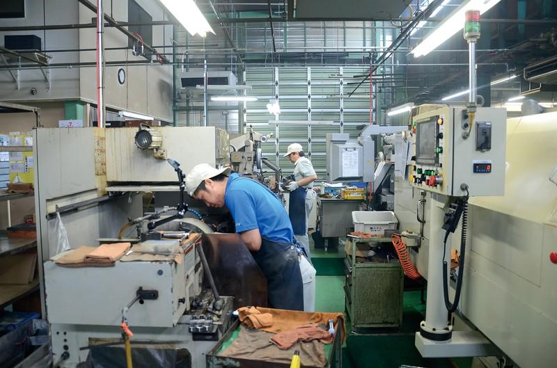 「アミイダ」の工場内には機械音が少しづつ戻ってきたが、通常時には程遠い(群馬県太田市で2020年7月16日)