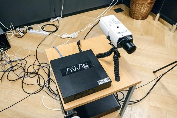 「アウルボックス」(左)を接続すれば既存の監視カメラでもAIを取り入れられる