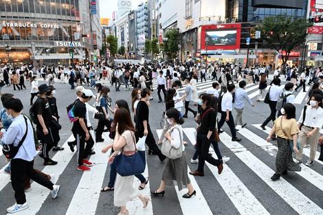 渋谷のスクランブル交差点。多くの人がマスクをつけている=2020年7月16日、大西岳彦撮影