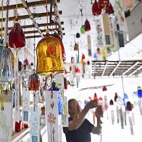 夏の訪れを告げる「河内風鈴」が出荷最盛期=大阪府交野市で、藤井達也撮影