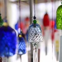 リサイクルガラスで作られた色とりどりの「河内風鈴」=大阪府交野市で、藤井達也撮影