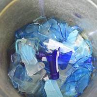 「河内風鈴」の原料となる空き瓶=大阪府交野市で、藤井達也撮影