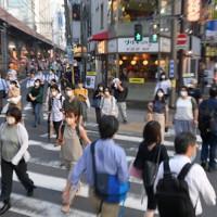 東京都内で新型コロナウイルスの新規感染者数が最多を更新する中、繁華街を抜けて新橋駅へと向かう通勤者ら=東京都港区で2020年7月31日午後5時59分、手塚耕一郎撮影