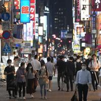 東京都内で新型コロナウイルスの新規感染者数が最多を更新する中、新橋の繁華街を行き交う人たち=東京都港区で2020年7月31日午後7時11分、手塚耕一郎撮影