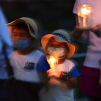 ろうそくを手に平和記念公園内を行進する子どもたち=広島市中区で2020年7月31日午後7時33分、藤井達也撮影