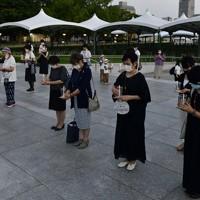 戦争の犠牲者に黙とうをする参加者たち=広島市中区で2020年7月31日午後7時15分、藤井達也撮影