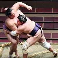 朝乃山(左)を寄り切りで破る照ノ富士=東京・両国国技館で2020年7月31日、滝川大貴撮影