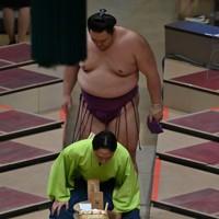 照ノ富士に寄り切りで敗れて引き上げる朝乃山(奥)=東京・両国国技館で2020年7月31日、宮間俊樹撮影