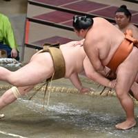 輝(左)を引き落としで降す御嶽海=東京・両国国技館で2020年7月31日、宮間俊樹撮影