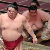 突き落としで碧山(右奥)を降した大栄翔=東京・両国国技館で2020年7月31日、宮間俊樹撮影