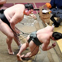 炎鵬(右)を押し倒しで降す隠岐の海=東京・両国国技館で2020年7月31日、滝川大貴撮影