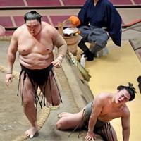 隠岐の海(左)に押し倒しで敗れ悔しそうな表情をみせる炎鵬=東京・両国国技館で2020年7月31日、滝川大貴撮影