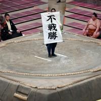 白鵬の休場により正代の不戦勝が告げられた=東京・両国国技館で2020年7月31日、宮間俊樹撮影