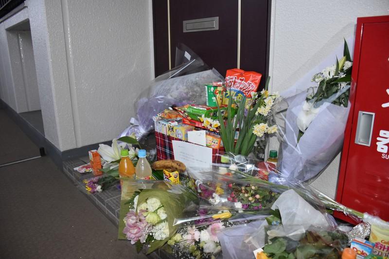 父親に虐待され亡くなった女児(当時10歳)が住んでいたアパートの部屋の前には多くの花やお菓子が供えられた。父親は裁判で「しつけが行き過ぎた結果」と証言した=千葉県野田市で2月15日、町野幸撮影