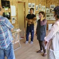 弘美さん(中央右)の実家を改修して作った新たな活動拠点。室内には写真や新聞記事が張られ、訪れた人たちと震災の教訓やこれからの防災について語り合う場にしたいと考えている=宮城県松島町で2020年6月21日、佐々木順一撮影