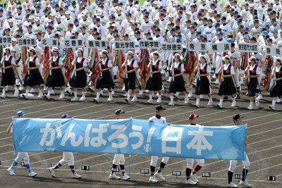 被災3県の球児6人が持つ「がんばろう!日本」の横断幕とともに一斉行進する選手たち=阪神甲子園球場で2011年8月6日、和田大典撮影