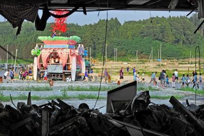 更地になり、がれきが残る中を進む「うごく七夕まつり」の山車=岩手県陸前高田市で2011年8月7日午後5時半、大西岳彦撮影