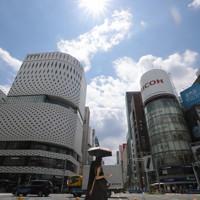 強い日差しが照りつける中、日傘をさして歩く人たち=東京都中央区で2020年8月1日午後0時半、喜屋武真之介撮影