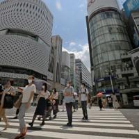 強い日差しが照りつける東京・銀座を歩く人たち。=2020年8月1日午後0時33分、喜屋武真之介撮影