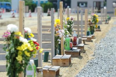 震災発生から約5カ月経っても多くの遺体が土葬されている仮埋葬地=宮城県東松島市で2011年8月9日午前11時47分、丸山博撮影