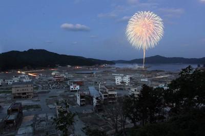 追悼と復興への願いを込め、打ち上げられた花火が被災地の夜空を彩った=岩手県大槌町で2011年8月11日午後7時2分、幾島健太郎撮影
