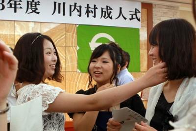 成人式の会場で旧友たちとの再会を喜ぶ川内村の新成人たち=福島県郡山市で2011年8月14日、竹内幹撮影