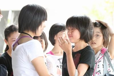 久しぶりに友達と再会し涙を流す双葉町の小学生=福島県猪苗代町で2011年8月19日午後2時25分、武市公孝撮影